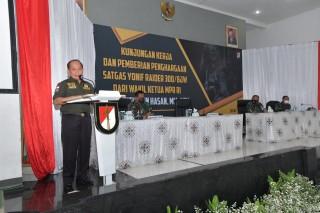 Kunjungan Kerja Wakil Ketua MPR Dr. H. Sjarifuddin Hasan, M.M., M.B.A. dan Pemberian Penghargaan Satgas Yonif Raider 300/BJW